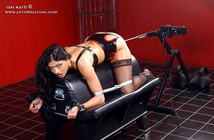 Порно связанные секс машина латекс